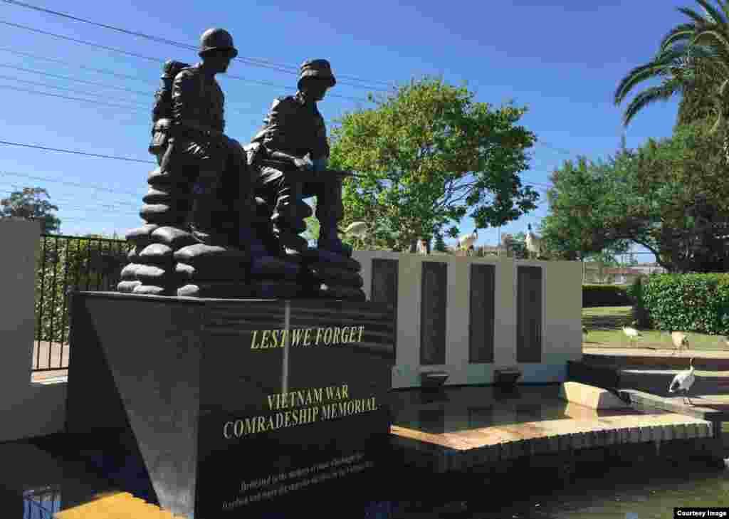 Tượng đài Chiến sĩ Úc-Việt trong công viên ở khu Phố Việt Cabramatta. (Ảnh: Bùi Văn Phú)