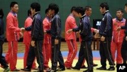 지난해 11월 평양을 방문한 일본체육대학 선수단이 북한 선수단과 악수하고 있다.