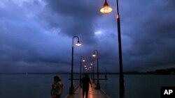 Mendung menggantung di Naguabo, Puerto Rico (27/8). Prakiraan cuaca menyebutkan bahwa badai tropis Erika akan menghantam lokasi ini, Jumat (28/8).