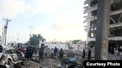 Một xe bom phát nổ trước Khách sạn Jazeera ở thủ đô Mogadishu, Somalia, sáng Chủ nhật ngày 26 tháng 7, 2015. (Hình: Mohamed Moalimuu)