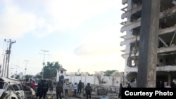 Sebuah bom mobil meledak di luar sebuah Hotel Jazeera di Mogadishu, Somalia, Minggu pagi, 26 Juli 2015. (Foto: Mohamed Moalimuu)