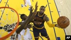 LeBron James contre Golden State, le 2 juin 2016 à Oakland, Californie. (Ezra Shaw, Getty Images via AP, Pool)