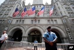 Washington'daki Trump Uluslararası Oteli, Donald Trump'ın başkan olmasından bu yana çok sayıda yerli ve yabancı etkinlik düzenlenmesi amacıyla başvuru alıyor. Bunun haksız rekabete yol açtığına inanan bazı bölge idareleri dava açmış bulunuyor.