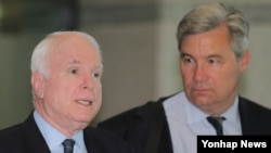 지난 25일 존 매케인 상원의원(왼쪽) 셸던 화이트하우스 상원의원이 인천공항에서 방한 소감을 밝히고 있다.