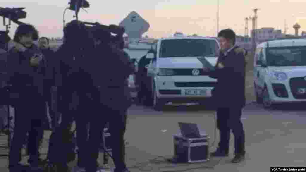 Television news crews, reporters and bystanders traveled to the border crossing at Akcakale, Turkey, the proposed site of a prisoner exchange involving Japan, Jordan and the Islamic State group.