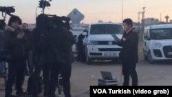 Takasın gerçekleşeceği Akçakale sınır kapısında bekleyen televizyon ekipleri ve gazeteciler
