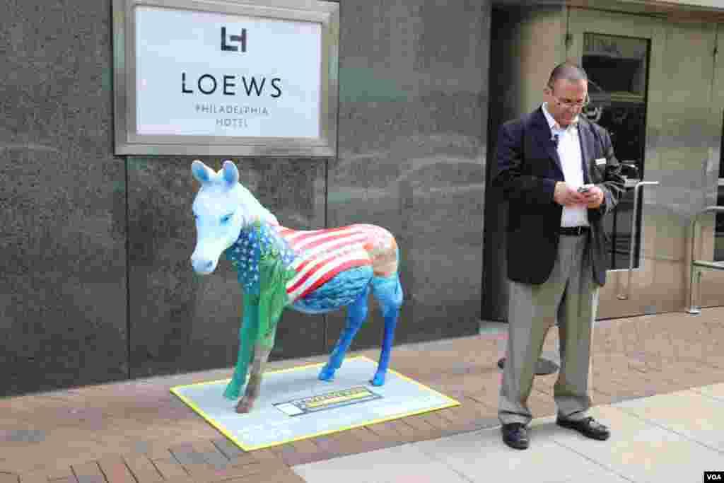 یک دموکرات در کنار یک الاغ که نماد غیر رسمی حزب دموکرات است.
