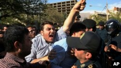 سال گذشته اعتراضات متعددی مقابل سفارت عربستان در ایران صورت گرفت.