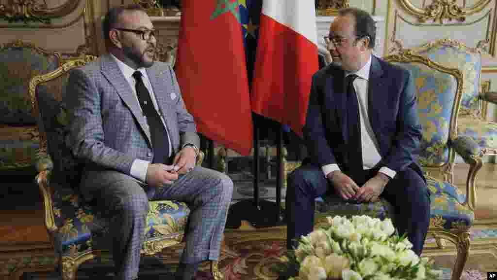 Le Roi marocain Mohammed VI et le président français Francois Hollande discutent entre eux les relations des deux pays, le 2 mai 2017.