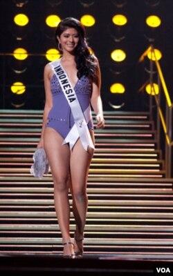 Qory Sandioriva, Putri Indonesia 2010, berpose bagi para juri dalam busana renang Dar Be Dar.