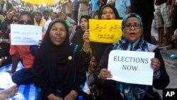 Pendukung mantan presiden Mohamed Nasheed menggelar aksi protes atas dibatalkannya pemilu ulang di Male, Maladewa, Sabtu (19/10).