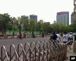 呼和浩特四处可见警戒的武警和街道的封锁
