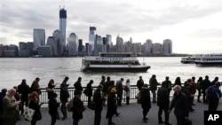 11月5日,人们在泽西城排长队等待前往纽约市的渡船