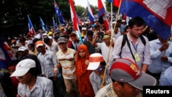 Supporters of the opposition Cambodia National Rescue Party (CNRP) attend a protest march along a street to the foreign embassies in central Phnom Penh, Oct. 25, 2013.