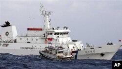 中央通訊社發佈圖片顯示,台灣海岸警衛隊巡邏艇護送漁船到有爭議的島嶼宣示漁權。