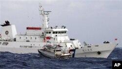 25일 일본과 중국의 분쟁 해역에 진입한 타이완 순시선과 어선.