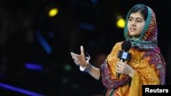 馬拉拉3月7日在英國溫布萊球場出席一項活動,在台上發表演講。