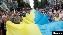 烏克蘭民眾在基輔舉著國旗慶祝獨立日。 (2020年8月24日)