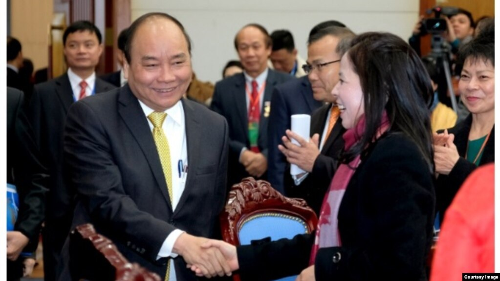 Thủ tướng Nguyễn Xuân Phúc tiếp đón kiều bào về nước đón Tết tại Phủ Chủ tịch ở Hà Nội hôm 7/2. (Ảnh chụp trang web Diễn Đàn Doanh Nghiệp)