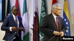 Menteri Perminyakan Nigeria dan Presiden OPEC Emmanuel Ibe Kachikwu (kiri) bersama Sekjen OPEC Abdullah al-Badri usai pertemuan OPEC di Wina, Austria (4/12)