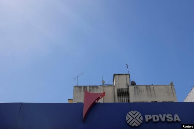 El logotipo corporativo de la petrolera estatal venezolana PDVSA se ve en una estación de servicio en Caracas, Venezuela, el 2 de noviembre de 2018.