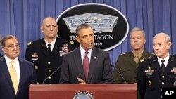 美國總統奧巴馬(中)在國防部宣佈戰略重新評估結果。