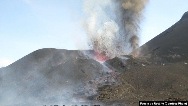 Vulcão do Fogo em erupção a 27 de Novembro. O vulcão entrou em actividade a 23, engolindo o Parque Natural do Fogo. Cabo Verde, 2014