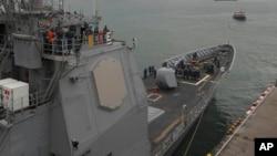 美国导弹巡洋舰安提顿号海军官兵前往菲律宾救灾之前在甲板上
