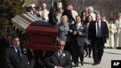 Peti jenazah Marie Colvin, wartawan surat kabar Inggris Sunday Times, yang tewas di Suriah diusung memasuki gereja Katolik Santo Dominikus di Oyster Bay, New York (foto: dok.).