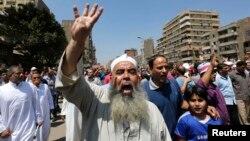 """Para pendukung Ikhwanul Muslimin mengacungkan 4 jari yang berarti """"Rabaa"""" atau """"Empat"""" saat melakukan unjuk rasa damai di Kairo (foto: dok). Pemerintah Mesir Rabu (25/12) menyatakan IM sebagai kelompok teroris."""