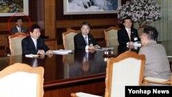 조명균 한국 통일부 장관 후보자는 2007년 10·4 정상선언을 성사시킨 주역 중 한 명이다. 사진은 2007년 10월 제2차 남북정상회담 때 배석해 회의록을 작성하는 조 후보자의 모습(붉은 원).