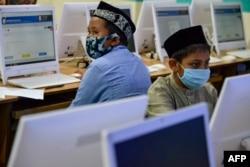 Para pelajar di sekolah Islam mengenakan masker sedang mengikuti ujian di tengah pandemi virus corona, Banda Aceh, 10 Juni 2020. (Foto: AFP)