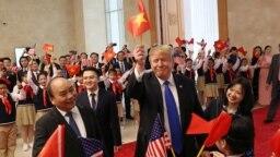 Ông Trump vẫy lá cờ Việt Nam khi gặp Thủ tướng Nguyễn Xuân Phúc hôm 27/2.