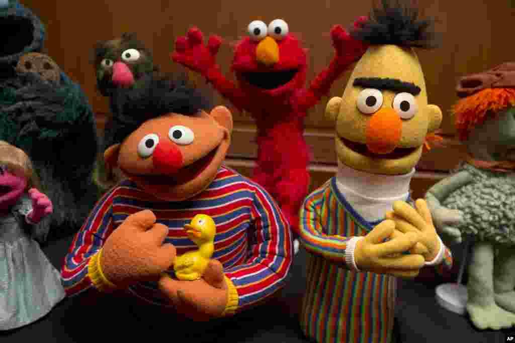 Những con rối Bert, Ernie, và Elmo, quen thuộc với trẻ em Mỹ được ông Jim Henson hiến tặng cho Bảo tàng Quốc gia Smithsonian về lịch sử Mỹ tại thủ đô Washington.