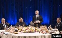 김정은 북한 국무위원장과 블라디미르 푸틴 러시아 대통령이 25일 단독 정상회담과 확대 정상회담을 모두 마친 후 환영만찬을 하고 있다.