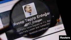 Gambar PM Turki Recep Tayyip Erdogan pada sebuah akun twitter di Istanbul (21/3).