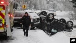 La tormenta hizo que la hora pico de la mañana fuera traicionera, aunque muchas personas escucharon advertencias para mantenerse fuera de las carreteras si es posible.