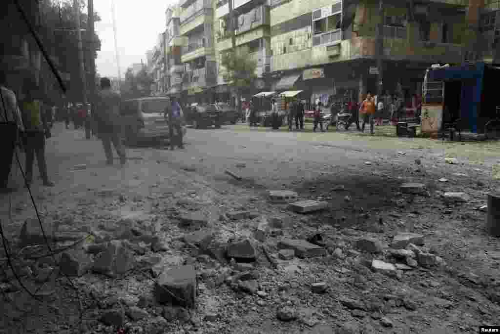 2013年9月19日,阿勒颇一个街区在遭到据称忠于叙利亚总统阿萨德的军队炮击后,地上满是瓦砾。
