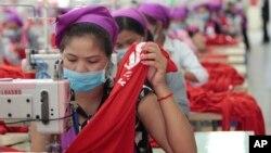 រូបឯកសារ៖ កម្មកររោងចក្រកម្ពុជាដេរសម្លៀកបំពាក់ក្នុងរោងចក្រមួយ ក្នុងតំបន់សេដ្ឋកិច្ចពិសេស នៅជាយរាជធានីភ្នំពេញ កាលពីថ្ងៃពុធ ទី២៣ ខែសីហា ឆ្នាំ២០១៧។ (AP Photo/Heng Sinith)