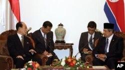 지난 5월 인도네시아 자카르타에서 회담한 북한 김영남 최고인민회의 상임위원장(왼쪽)과 수실로 밤방 유도요노 인도네시아 대통령.
