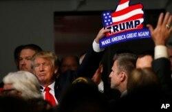 """Ứng viên tổng thống đảng Cộng hòa Donald Trump kêu gọi ngăn cấm """"triệt để và tất cả"""" người Hồi giáo vào Hoa Kỳ cho đến khi nào các nhà lãnh đạo của nước Mỹ """"hiểu ra được chuyện gì đang xảy ra."""""""