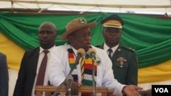UMongameli Emmerson Mnangagwa ngesikhathi ephendulana labantu eKuwadzana ngoLwesihlanu.