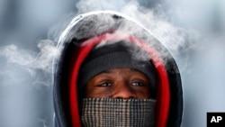 """Korey King en medio del frío en la ciudad de Detroit, una de las más afectadas por el llamado """"expreso siberiano"""" que abate a Estados Unidos."""