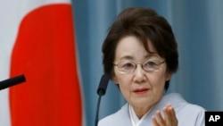 លោកស្រី Eriko Yamatani រដ្ឋមន្រ្តីទទួលបន្ទុកបញ្ហាជនជាតិជប៉ុនដែលត្រូវចាប់ពង្រត់ដោយកូរ៉េខាងជើង បានថ្លែងនៅក្នុងសន្និសីទសារព័ត៌មានមួយនៅឯនិវេសដ្ឋានរបស់លោក Shinzo Abe ក្នុងទីក្រុងតូក្យូ កាលពីថ្ងៃទី៣ ខែកញ្ញា ឆ្នាំ២០១៤។