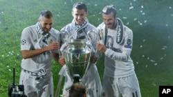 Le trio Karim Benzema, Cristiano Ronaldo et Gareth Bale du Real Madrid posent pour une photo avec le trophée de la Ligue des Champions au stade Santiago Bernabeu à Madrid, 29 mai 2016.