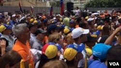 Las calles de la capital de Venezuela recibieron a miles de manifestantes que gritaron en contra del gobierno del presidente Nicolás Maduro. 1 de abril de 2017. Foto: Álvaro Algarra / VOA.