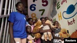Một nhóm trẻ nhiễm HIV/AIDS tại 1 bệnh viện ở Kampala