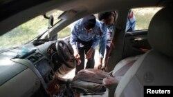 3일 살해당한 초우더리 줄피카르 검사의 차. 경찰이 내부를 조사하고 있다.