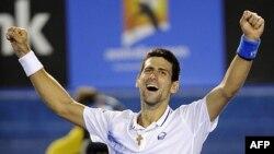 Novak Đoković proslavlja pobedu nad Endijem Marijem u polufinalu Australijen Opena