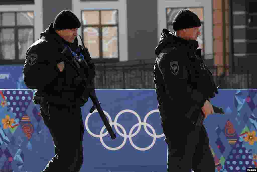 دہشت گردی کے کسی بھی ممکنہ خطرے سے نمٹنے اور امن و امان کو قابو میں رکھنے کے لیے ہزاروں سکیورٹی اہلکار چوکس ہیں۔